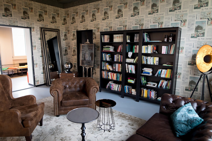 Brown leather sofas and wooden classical bookshelves von Ivy's Design - Interior Designer aus Berlin Rustikal Leder Grau