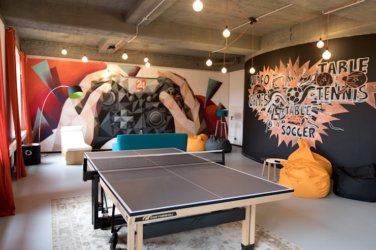 The table tennis and colorful wall art activity room Moderne Wände & Böden von Ivy's Design - Interior Designer aus Berlin Modern Beton