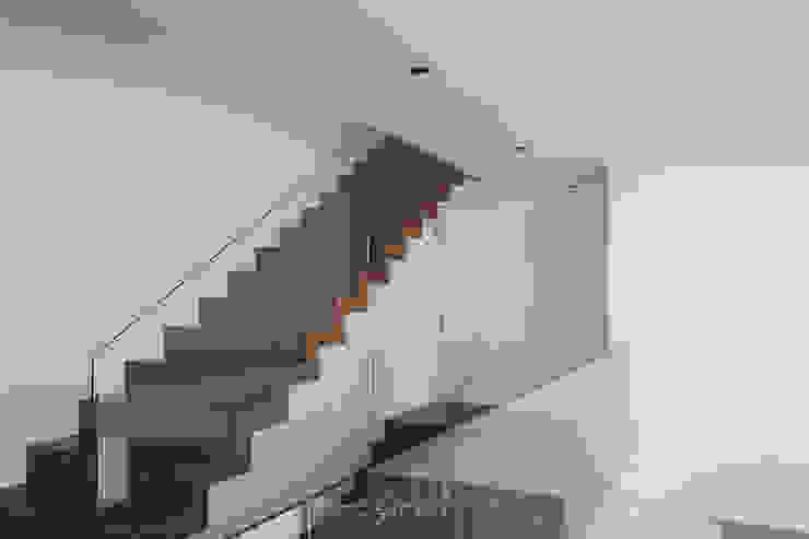 moradia LC: Escadas  por miguel lima amorim - arquitecto - arquimla