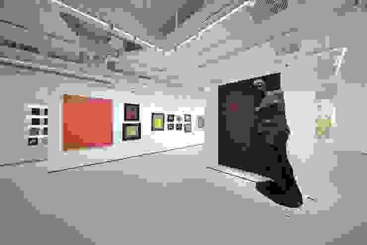 Gallery by FINGO DESIGN & ASSOCIATES LTD. Minimalist