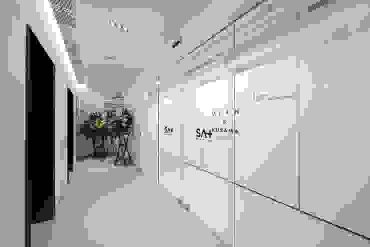 Entrance by FINGO DESIGN & ASSOCIATES LTD. Minimalist