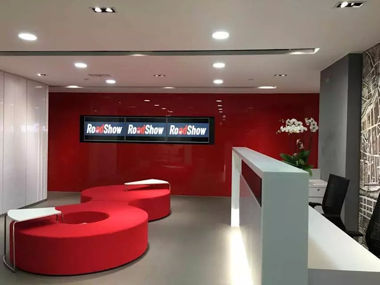 Reception Area - TV wall by FINGO DESIGN & ASSOCIATES LTD. Minimalist Glass