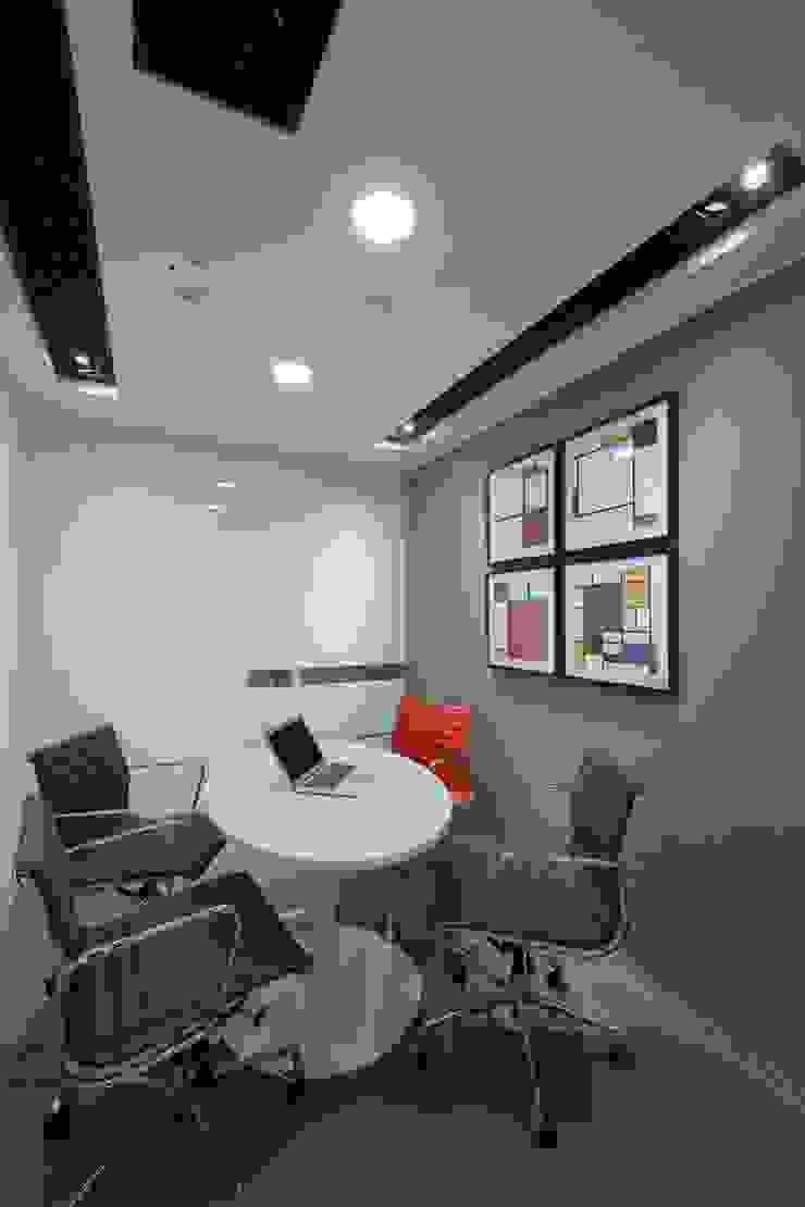 Meeting Room by FINGO DESIGN & ASSOCIATES LTD. Minimalist