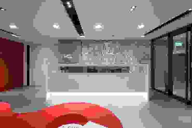 Reception counter with back-drop graphics by FINGO DESIGN & ASSOCIATES LTD. Minimalist