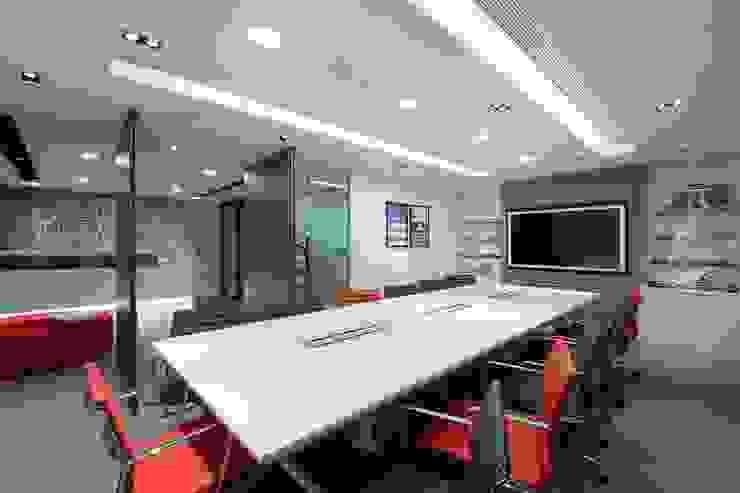 Conference Room by FINGO DESIGN & ASSOCIATES LTD. Minimalist