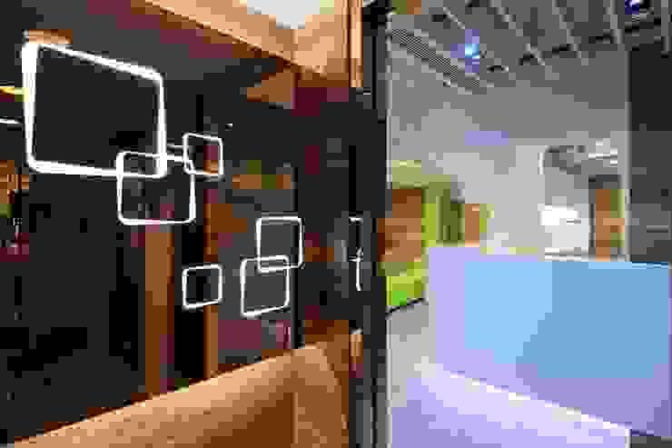 Entrance by FINGO DESIGN & ASSOCIATES LTD. Modern Glass
