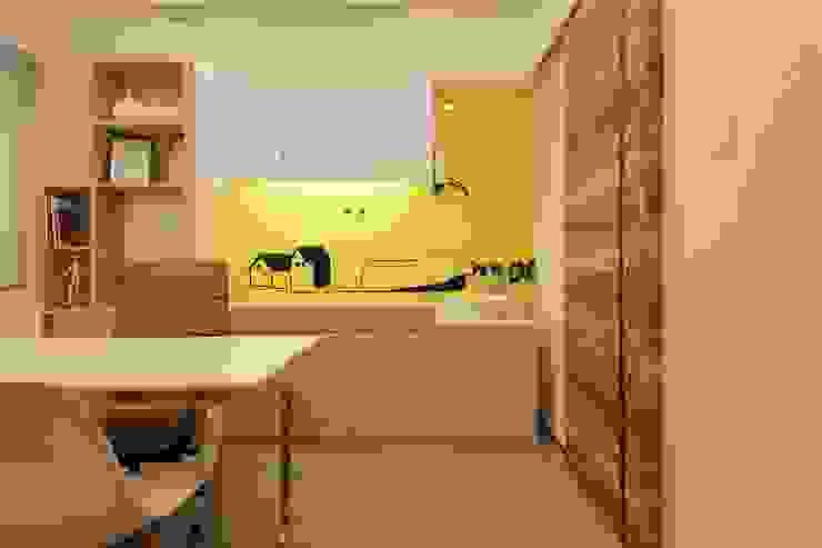 Consulting Room by FINGO DESIGN & ASSOCIATES LTD. Modern Glass