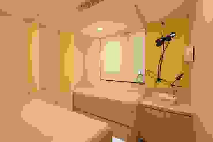 Examination Room by FINGO DESIGN & ASSOCIATES LTD. Modern