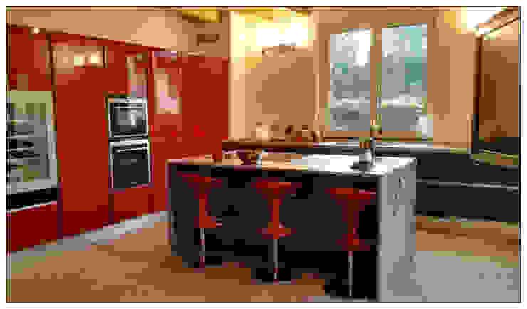 Cucina Laccato Rosso Lucido e Vetro Nero Opaco di Formarredo Due design 1967 Moderno
