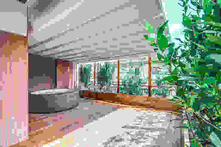 ISIDORO Piscina moderna di MOB ARCHITECTS Moderno