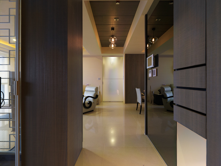 Corredores, halls e escadas modernos por 李正宇創意美學室內裝修設計有限公司 Moderno