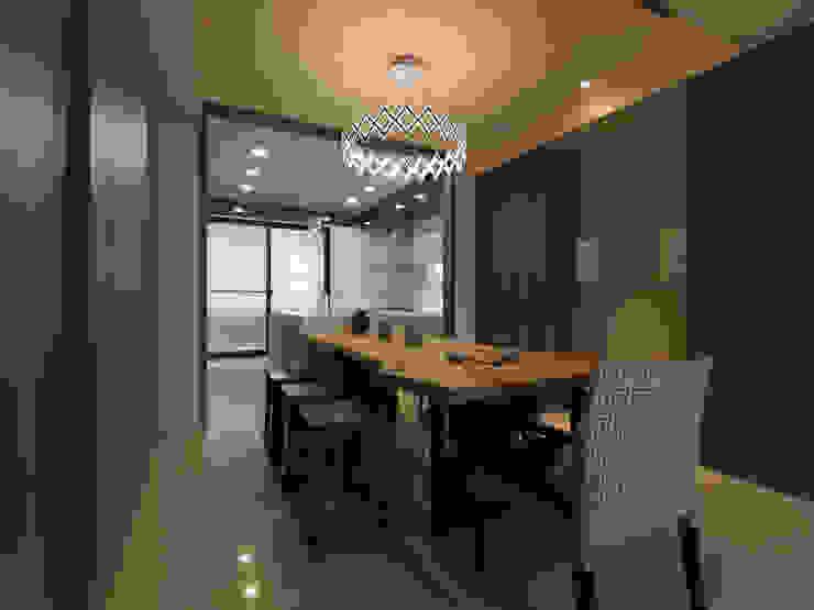 Salas de jantar modernas por 李正宇創意美學室內裝修設計有限公司 Moderno