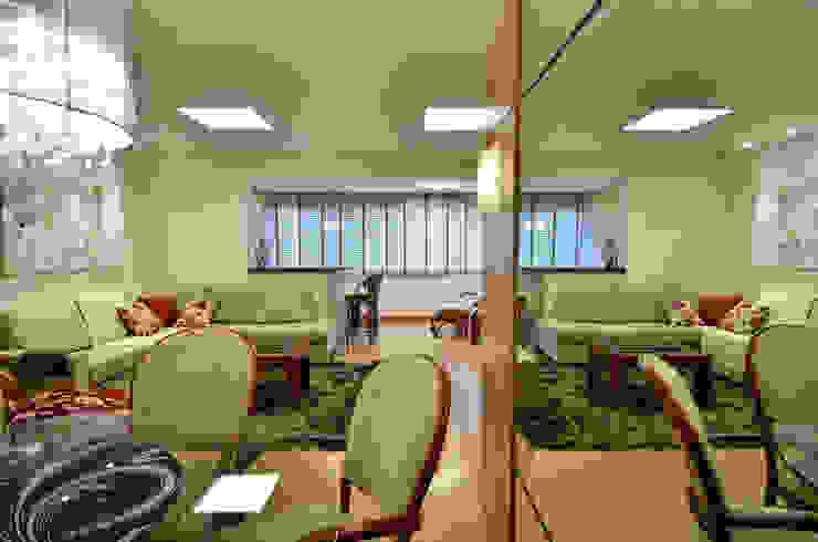 Marcelo John Arquitetura e Interiores Sala da pranzo in stile classico Legno Beige