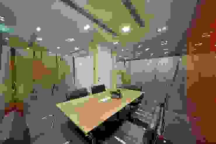 Meeting Room Minimalist offices & stores by FINGO DESIGN & ASSOCIATES LTD. Minimalist