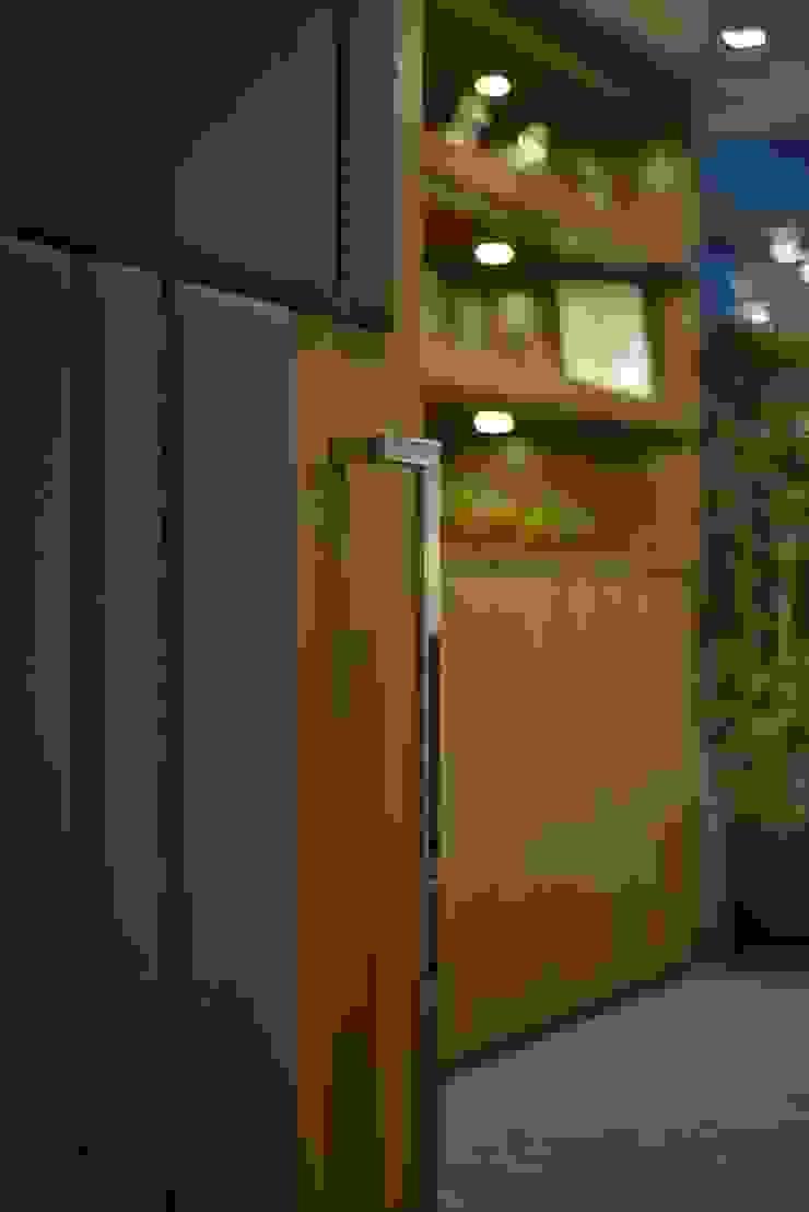 Conference Room Door Minimalist offices & stores by FINGO DESIGN & ASSOCIATES LTD. Minimalist