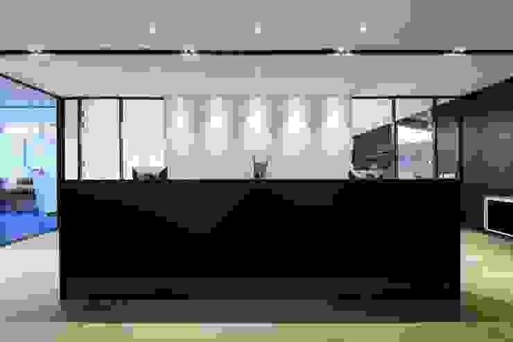 Reception Counter Minimalist offices & stores by FINGO DESIGN & ASSOCIATES LTD. Minimalist