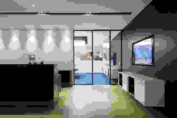 Conference Room Entrance Minimalist offices & stores by FINGO DESIGN & ASSOCIATES LTD. Minimalist