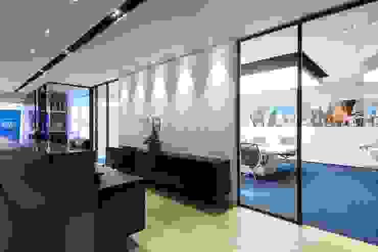 Logo Wall Minimalist offices & stores by FINGO DESIGN & ASSOCIATES LTD. Minimalist