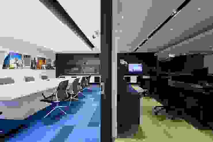 Conference Room & Reception Minimalist offices & stores by FINGO DESIGN & ASSOCIATES LTD. Minimalist