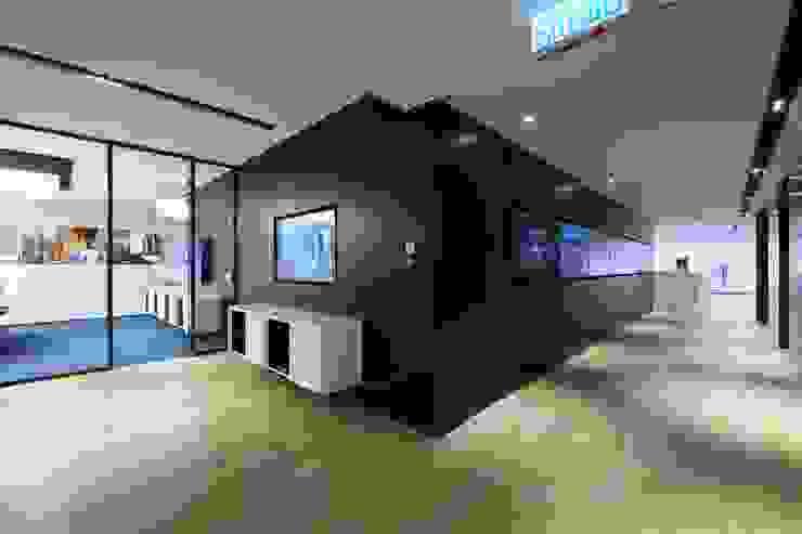 TV Wall Minimalist offices & stores by FINGO DESIGN & ASSOCIATES LTD. Minimalist