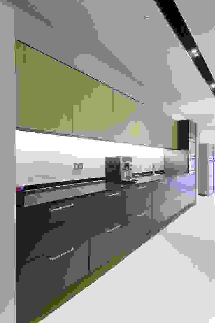 Pantry Cabinet Minimalist offices & stores by FINGO DESIGN & ASSOCIATES LTD. Minimalist