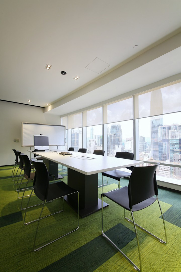 Meeting Area Minimalist offices & stores by FINGO DESIGN & ASSOCIATES LTD. Minimalist