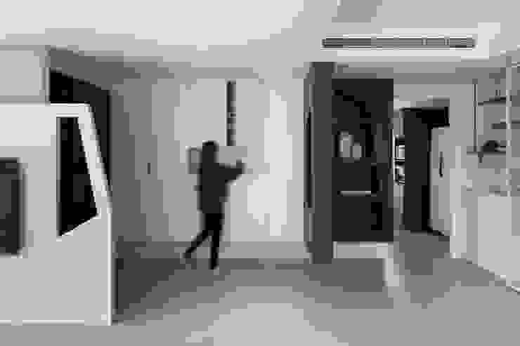 12.F 现代客厅設計點子、靈感 & 圖片 根據 寓子設計 現代風