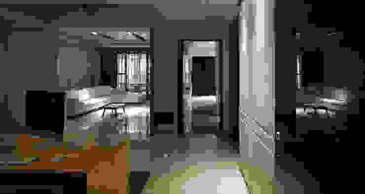白色意境 經典風格的走廊,走廊和樓梯 根據 愛上生活室內設計 古典風