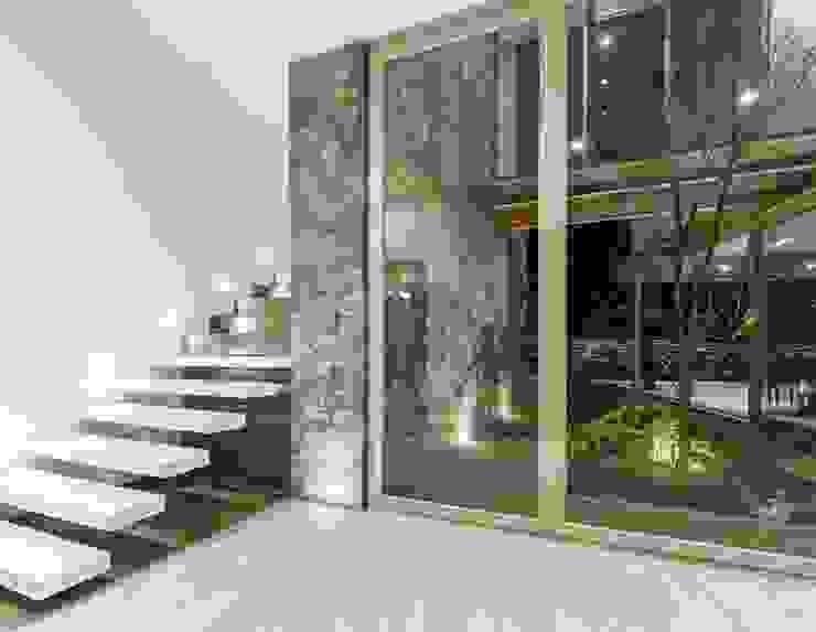 Cubo de escaleras de Loyola Arquitectos Moderno