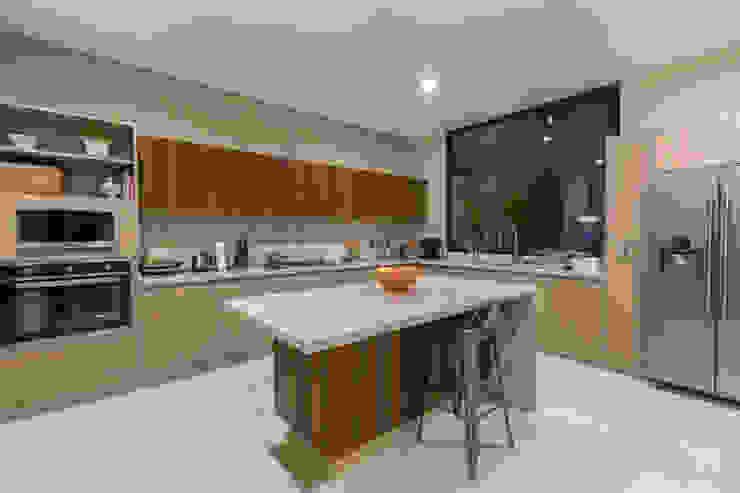 Modern Kitchen by Loyola Arquitectos Modern