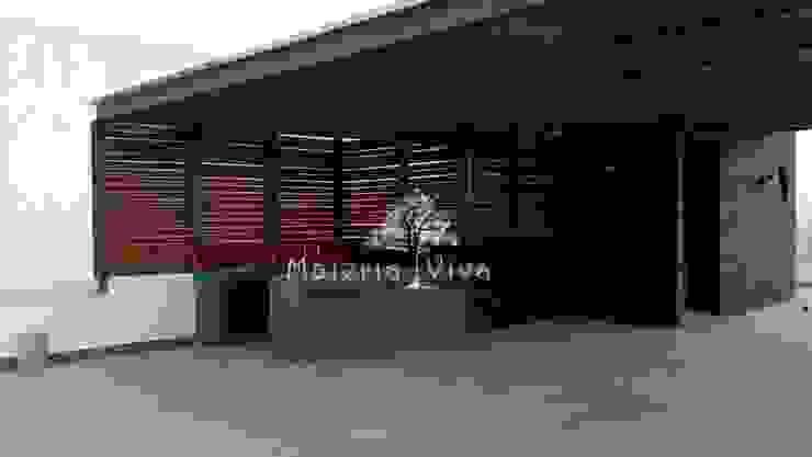 Pergola híbrida con lambrín tipo louver de madera, zona esmeralda, Naucalpan Edo. de Mex. Balcones y terrazas de estilo ecléctico de Materia Viva S.A. de C.V. Ecléctico