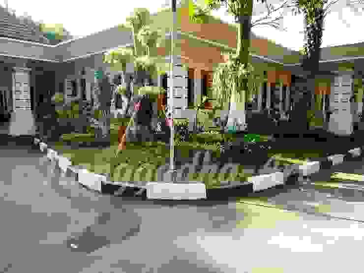 Jardins tropicais por Tukang Taman Surabaya - Tianggadha-art Tropical Pedra