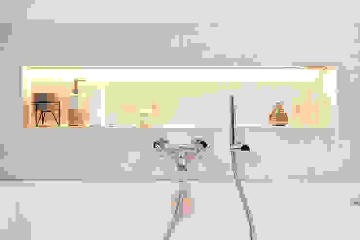 Badezimmer im klassisch modernen Landhausstil Badezimmer im Landhausstil von Banovo GmbH Landhaus Keramik