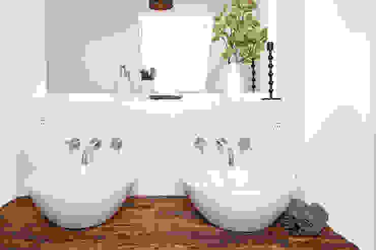Badezimmer im klassisch modernen Landhausstil Badezimmer im Landhausstil von Banovo GmbH Landhaus Massivholz Mehrfarbig