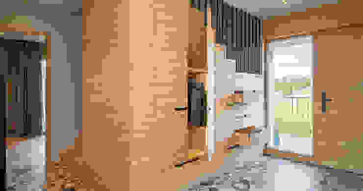 Bau-Fritz GmbH & Co. KG Pasillos, vestíbulos y escaleras de estilo rural