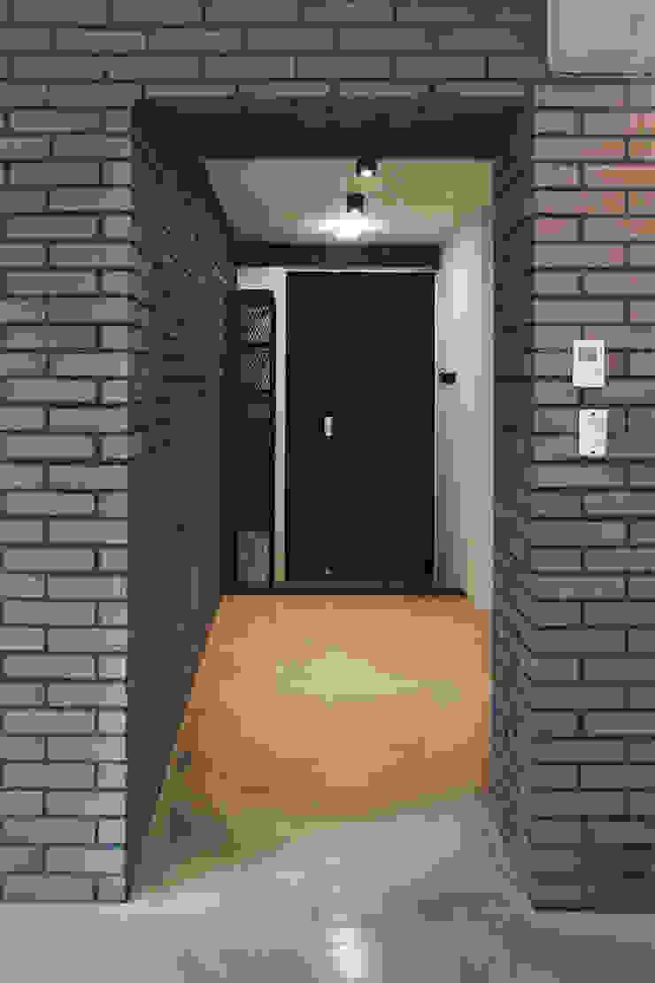 미우가 디자인 스튜디오 Pasillos, vestíbulos y escaleras de estilo industrial