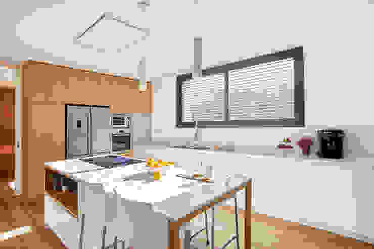 Cocina blanco y madera Laia Ubia Studio Cocinas de estilo escandinavo