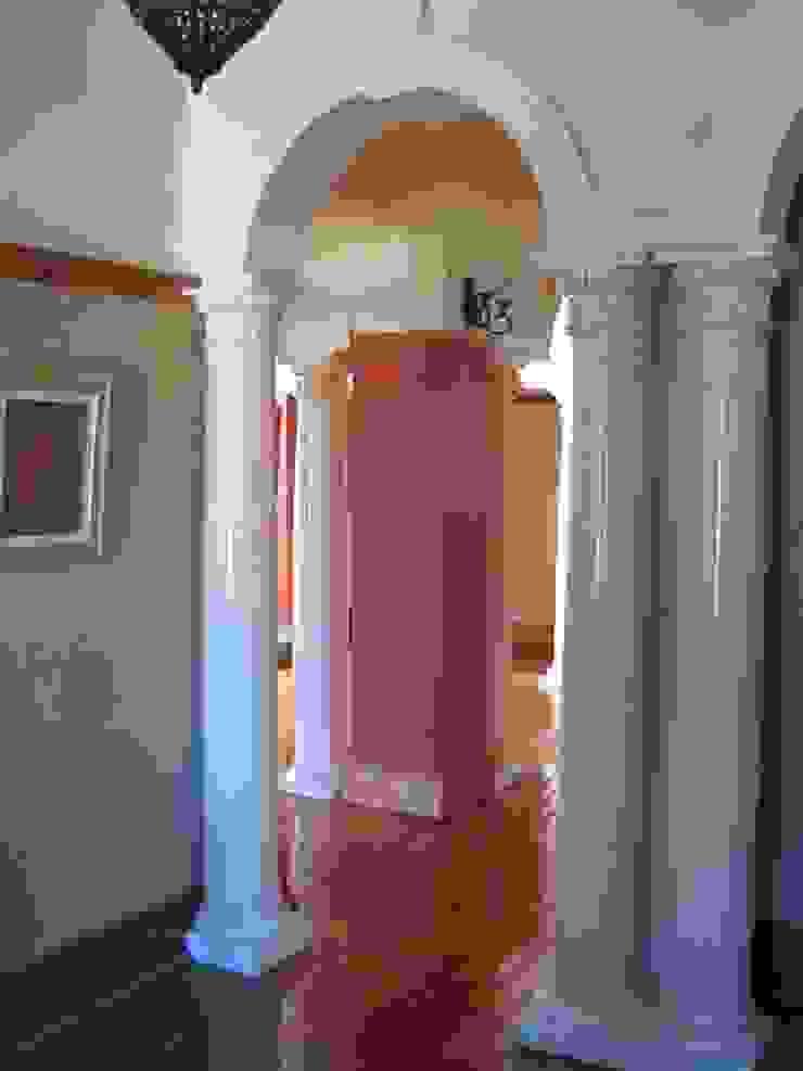 Pasillos, vestíbulos y escaleras de estilo clásico de Nuclei Lifestyle Design Clásico