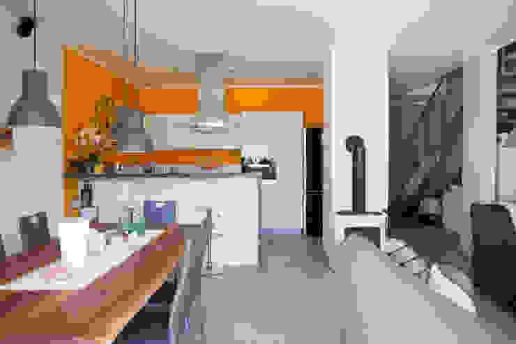 Vista del soggiorno con angolo cucina Soggiorno moderno di Spazio Positivo Moderno