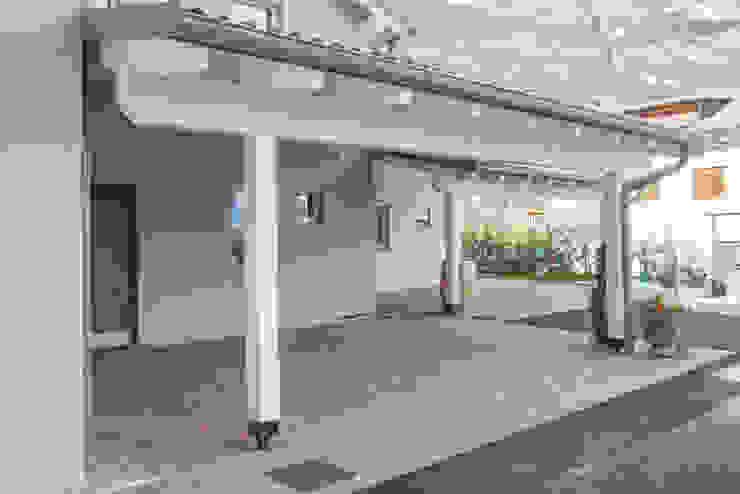 Facciata anteriore della villa di Spazio Positivo Moderno Legno Effetto legno