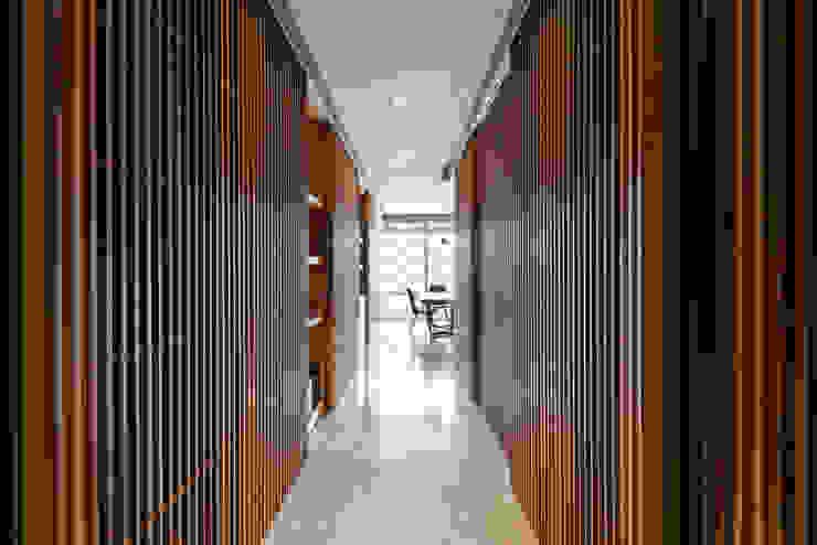 Modern corridor, hallway & stairs by 青易國際設計 Modern
