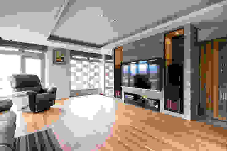 Modern living room by 青易國際設計 Modern