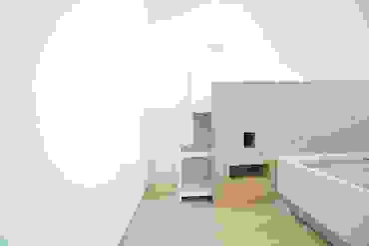 Letto con comodini estraibili Camera da letto moderna di Falegnameria Grelli Moderno Legno Effetto legno