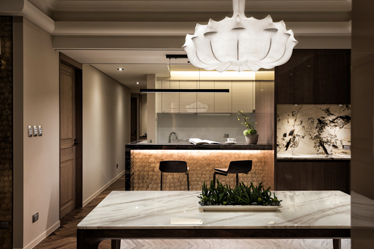 Salas de jantar modernas por 青易國際設計 Moderno