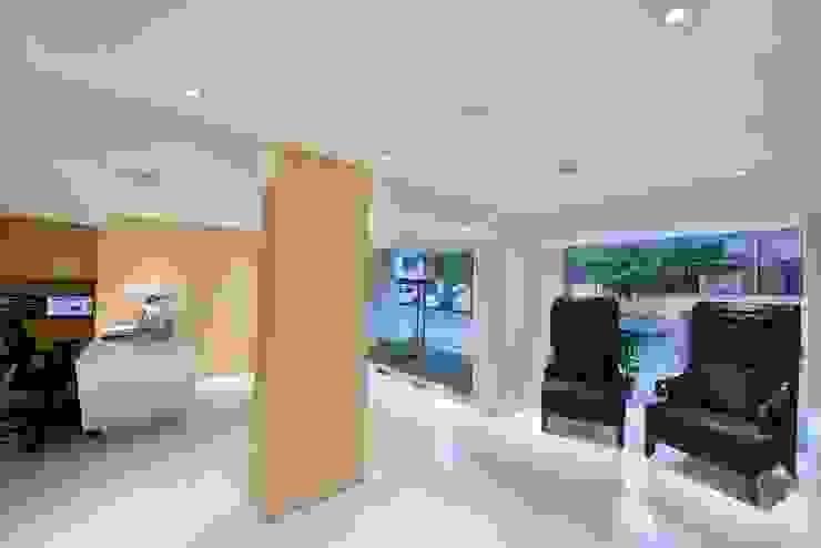 ICICI GUEST HOUSE MUMBAI Modern corridor, hallway & stairs by smstudio Modern