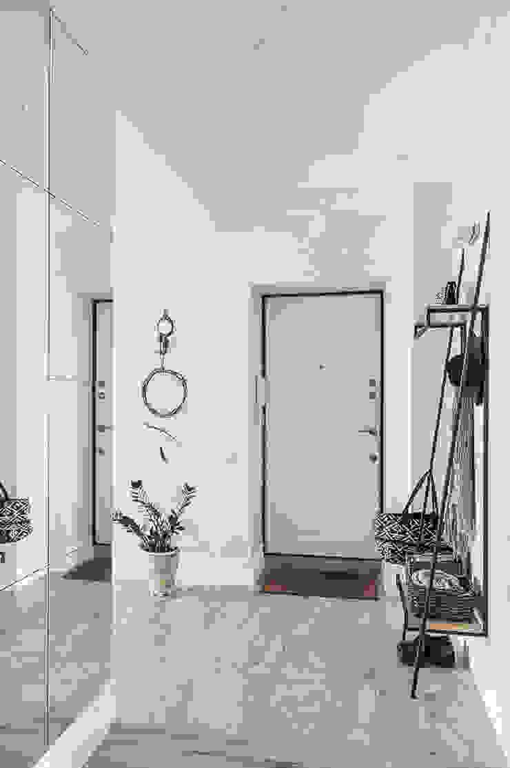 Pasillos, vestíbulos y escaleras modernos de 'Студия дизайна Марины Кутеповой' Moderno