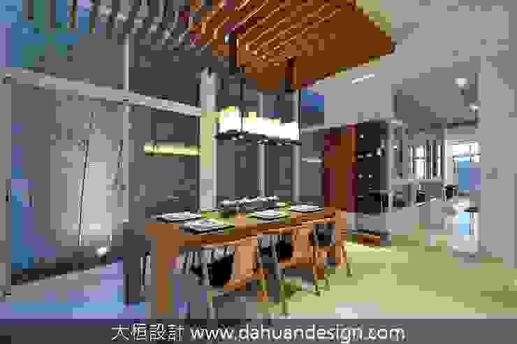 Salas de jantar modernas por 大桓設計顧問有限公司 Moderno Madeira maciça Multi colorido