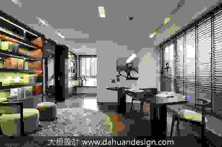 Escritórios modernos por 大桓設計顧問有限公司 Moderno Madeira maciça Multi colorido