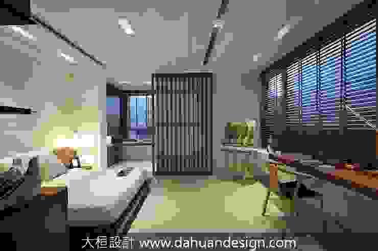 Quartos modernos por 大桓設計顧問有限公司 Moderno Madeira maciça Multi colorido