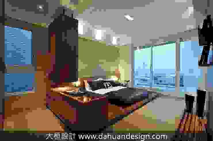 Dormitorios de estilo moderno de 大桓設計顧問有限公司 Moderno Mármol
